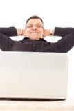 Erfüllter Mann mit Job über Internet Stockfoto