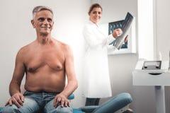 Erfüllter Patient, der auf seine Röntgenstrahlergebnisse wartet lizenzfreie stockbilder