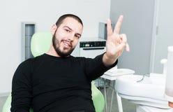 Erfüllter Patient oder Kunde auf Zahnarztstuhl Stockbild