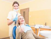 Erfüllter weiblicher Kunde im zahnmedizinischen Büro Stockbilder