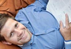 Erfülltes Geschäftsmannlächeln stockfoto