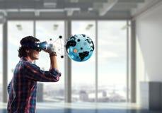 Erfahren der virtuellen Technologiewelt Gemischte Medien lizenzfreie stockfotos