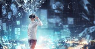 Erfahren der virtuellen Technologiewelt Gemischte Medien stockbilder