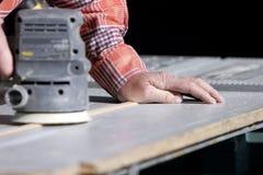 Erfahrene Hand u. Leistung-Sandpapierschleifmaschine Stockfotografie