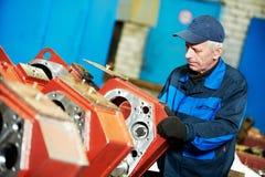 Erfahrene industrielle Versammlungsteilnehmerarbeitskraft lizenzfreie stockfotos