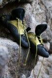 Erfahrene kletternde Schuhe Stockbilder