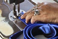 Erfahrene Näherin betreibt eine Nähmaschine stockbilder