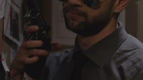 Erfahrene Spindel mit dem Gewehr, das Polizeirevier, Kriminalprävention, Recht und Ordnung verlässt stock video footage