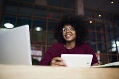 Erfahrene Studentin, die an dem coursework schafft im Campus arbeitet Lizenzfreies Stockfoto