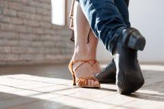 Erfahrene Tanzpaare, die am Ballsaal tangoing sind Stockbild