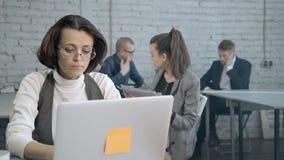 Erfahrener Analytiker sucht Vernetzungsinformationen nach erfolgreichem Gespräch mit Manager stock footage