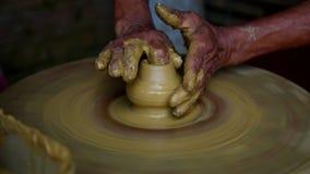 Erfahrener asiatischer Meister der nahen Ansicht stellt Topf mit gelbem Lehm her stock video