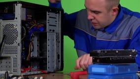 Erfahrener Computerreparaturhauermann ersetzen Festplattenlaufwerk und verstopfen Energie- und satakabel stock footage