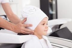 Erfahrener Friseur behandelt menschlichen Kopf nachher Stockfotografie