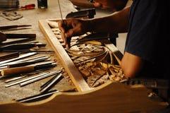 Erfahrener Handwerker, der das Holz schnitzt unter Verwendung der traditionellen Methode tut Stockfoto