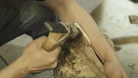 Erfahrener Handwerker, der in einer Werkstatt arbeitet stock video footage