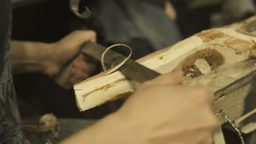 Erfahrener Handwerker, der in einer Werkstatt arbeitet stock video