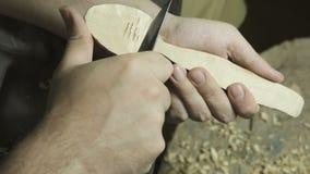 Erfahrener Handwerker, der in einer Werkstatt arbeitet stock footage