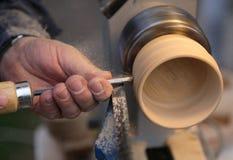 Erfahrener Handwerker mit dem Meißel während der Arbeit des Holz-PUs Lizenzfreie Stockfotografie