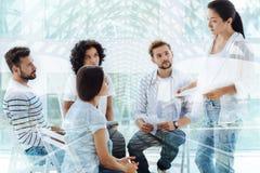 Erfahrener Psychologe, der mit Kunden spricht Lizenzfreies Stockbild