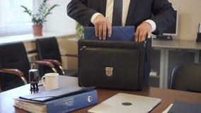 Erfahrener Rechtsanwalt, der Vertrag zum Koffer in das vor Gericht gehende Büro einsetzt stock video footage
