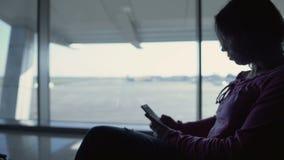 Erfahrener Reisendplanungsweg in der Smartphoneanwendung vor Abfahrt stock footage