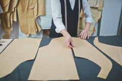 Erfahrener Schneider Making Custom Suit im Atelier Lizenzfreie Stockfotos