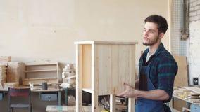 Erfahrener starker Schreiner, der in der Werkstatt arbeitet stock video