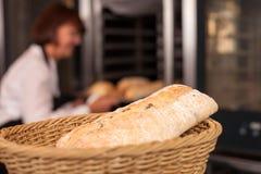 Erfahrener weiblicher Bäcker arbeitet im Backhaus Stockfotos