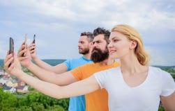 Erfara digitalt dela för bild Bästa vän som tar selfie med kameratelefonen Folk som skjuter selfie på naturen arkivbild
