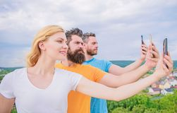 Erfara digitalt dela f?r bild B?sta v?n som tar selfie med kameratelefonen Folk som skjuter selfie p? naturen arkivbild