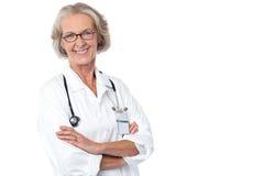Erfaren damdoktor med stetoskopet Arkivbild