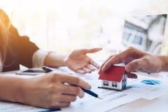 Erfaren modell för fastighetsmäklarevisninghus till klienten och royaltyfria foton