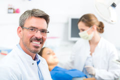 Erfaren tandläkare i hans kirurgi Royaltyfri Bild