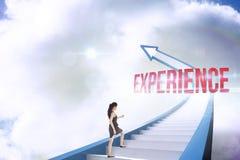Erfarenhet mot den röda trappuppgångpilen som pekar upp mot himmel Royaltyfri Fotografi