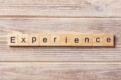 Erfarenhetsord som är skriftligt på träsnittet erfarenhetstext på tabellen, begrepp royaltyfria foton
