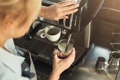Erfaret ånga för barista mjölkar i yrkesmässig kaffemaskin arkivfoton