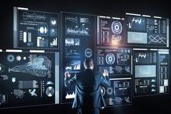 Erfaret administratöranseende som är ensamt och analyserar informationen royaltyfri foto
