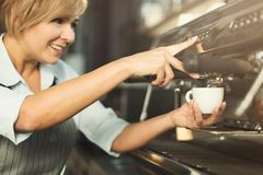 Erfaret baristadanandekaffe i yrkesmässig kaffemaskin arkivfoton