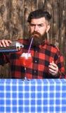 Erfaret bartenderbegrepp Bartender med skägget och den strikta framsidan royaltyfri bild