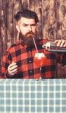 Erfaret bartenderbegrepp Bartender med skägget och den strikta framsidan arkivfoto
