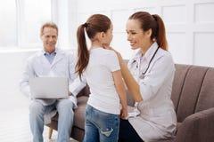 Erfaret pediatriskt och hennes patient som har flickor, talar Royaltyfri Bild