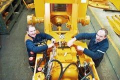 Erfarna industriella montörarbetare Royaltyfri Foto