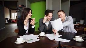 Erfarna unga manliga och kvinnliga försäkringstagare utgör, kontrollerar royaltyfri bild