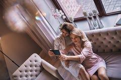Erfect selfie Odgórny widok atrakcyjne młode kobiety w eleganckim dr obrazy stock