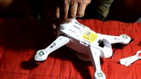 Erfinderischer, alter Mann reich an Hilfsquellen setzte getrennt gebrochenen Viererkabelhubschrauber stock video footage