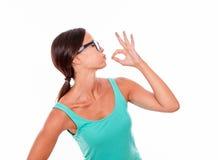 Erfüllte erwachsene Frau, die einen Kuss durchbrennt Lizenzfreie Stockbilder