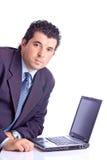 Erfüllter Geschäftsmann mit einem Schossspitzencomputer Stockfotografie