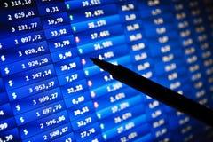 ERFOLG. Börseendiagramme auf dem Bildschirm Lizenzfreies Stockbild