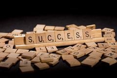 Erfolg bedeutet heraus in den Scrabble-Buchstaben stockfoto
